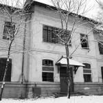 Intrarea principală în școală (decembrie 2012). Clădirea este părăsită și vandalizată de zece ani. Rezistă!