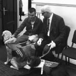 Zâmbicios și Ștefan, câinele ghid și stăpânul său, un tânăr nevăzător, dar profund